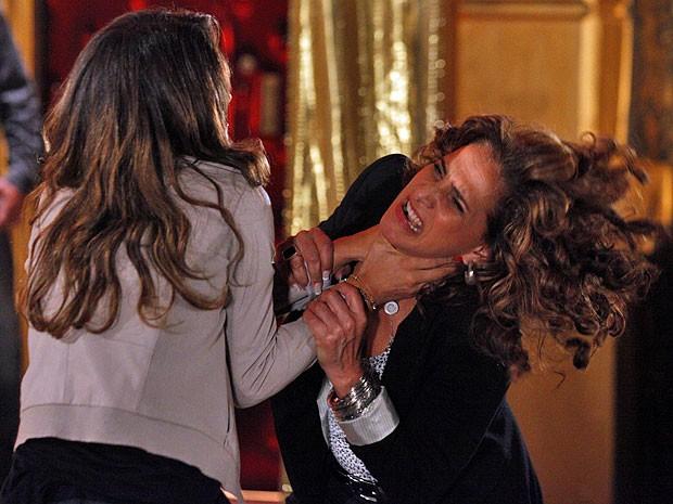 Morena pega Wanda pelo pescoço em meio a sua revolta (Foto: Salve Jorge/TV Globo)