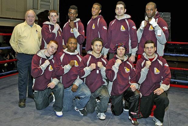 Tamerlan Tsarnaev (quinto da esquerda para direita) aparece em pé ao lado de colegas de equipe boxe (Foto: Julia Malakie/The Lowell Sun/AP)