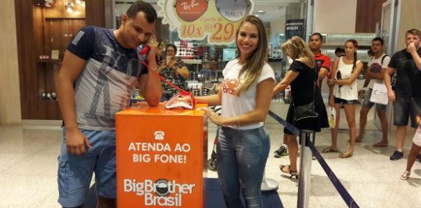 Rapaz atende ligação do Big Fone em Maceió  (Foto: Divulgação / Marketing TV Gazeta)