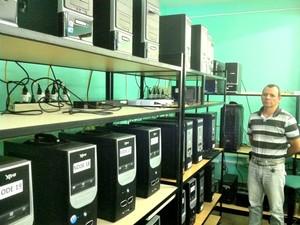Wagner mostra a estrutura do Sistema de Processamento da UEA (Foto: Tiago Melo/G1 AM)