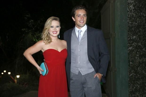 Rafael Cardoso com a namorada em casamento de Renata Dominguez e Edson Spinello no Rio (Foto: Roberto Filho e Alex Palarea/ Ag. News)