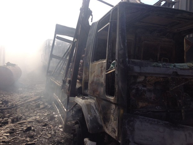 Incêndio da Chesf destruiu automóveis  (Foto: Divulgação/Corpo de Bombeiros)