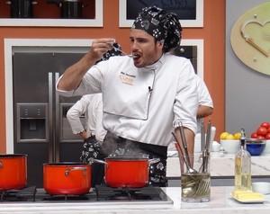 Acertou o tempero? Max Fercondini experimenta o molho da carne (Foto: Mais Você / TV Globo)