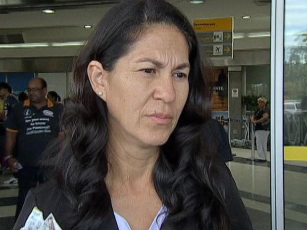 Chegada dona Sonia, mãe da Eliza Samudio (Foto: Reprodução/TV Morena)
