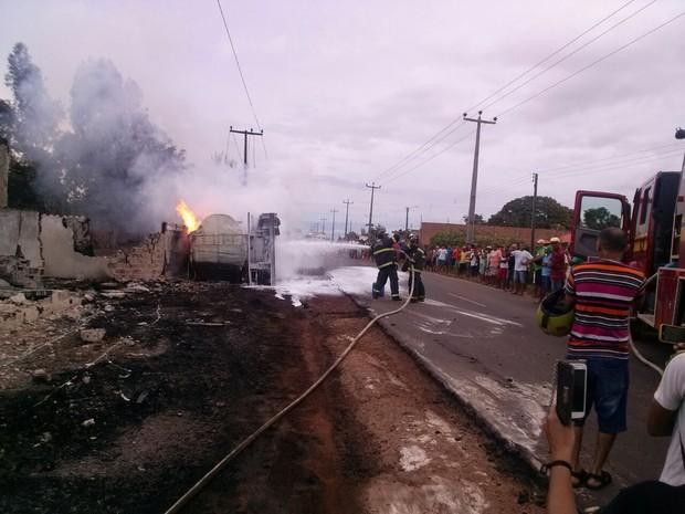 Bombeiros trabalham para controlar chamas no local do acidente (Foto: Fernando Messias)
