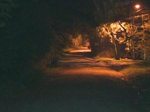 Região onde a criança foi encontrada após ser agredida (Foto: Reprodução/RBS TV)