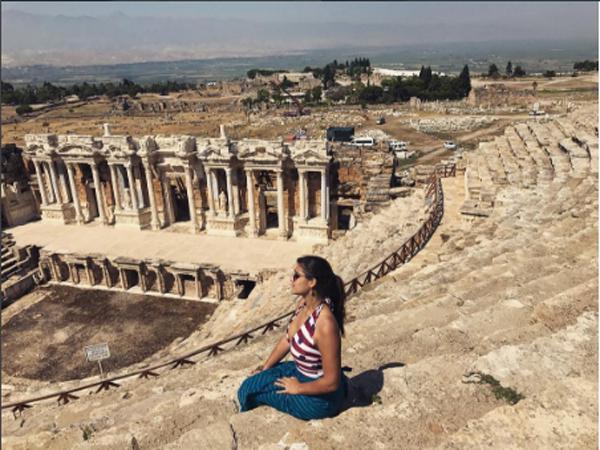 Giulia Costa nas ruínas de Hierápolis, também na Turquia (Foto: Reprodução Instagram)