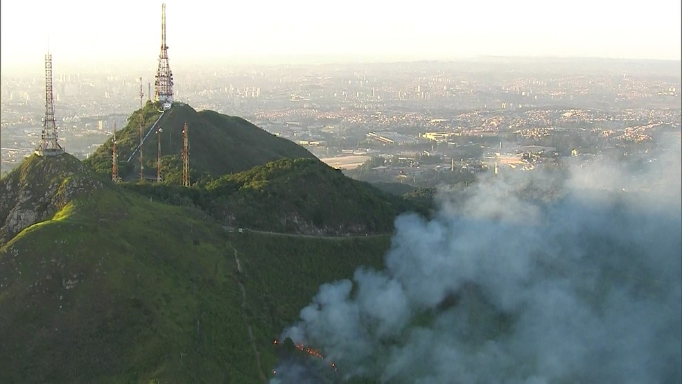 Área em volta do Pico do Jaraguá pega fogo nesta quarta (Foto: Reprodução/TV Globo)