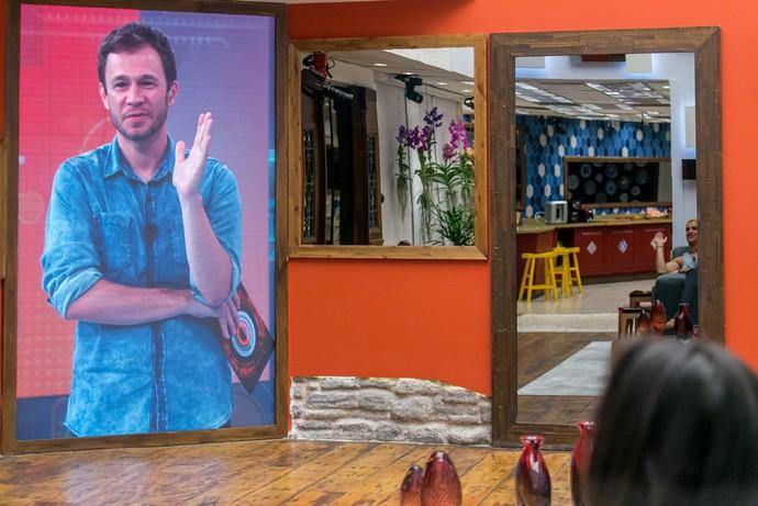 Tiago Leifert fala com a casa na estreia do reality (Foto: Paulo Belote/TV Globo)