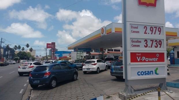 Ainda não houve diminuição no preço do combustível nos postos de Maceió nesta segunda (17) (Foto: Marcio Chagas/G1)