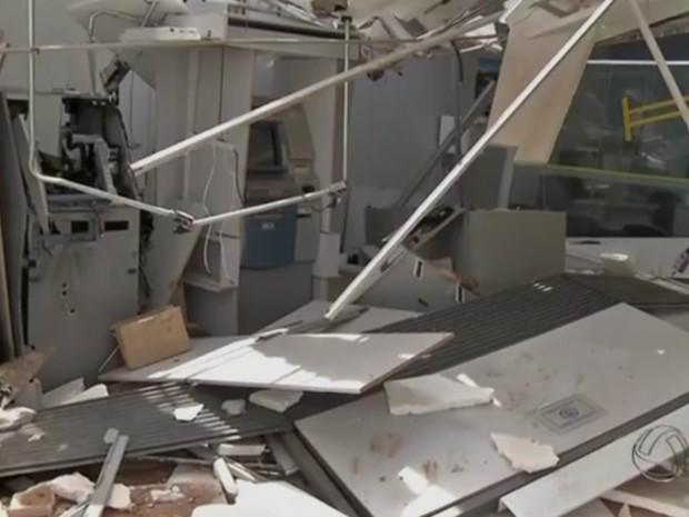Caixas eletrônicos eram alvos dos ladrões, mas parte do banco foi destruído (Foto: Reprodução/ TV Morena)