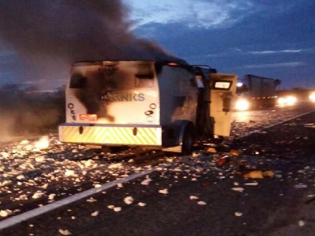 Quadrilha explodiu o carro-forte na noite desta segunda-feira (20) na divisa do Ceará com Rio Grande do Norte (Foto: Arquivo Pessoal/G1)