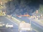 Manifestantes queimam pneus em pista lateral da BR-290 no RS