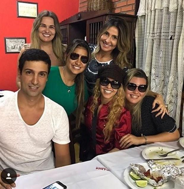 Alessandro com Joelma e amigas (Foto: Reprodução/Instagram)