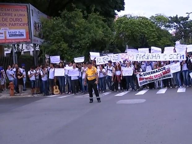 Estudantes bloquearam avenida para protestar (Foto: Reprodução/TV Tem)