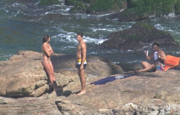 Cauã com a namorada na praia da Joatinga no Rio de Janeiro (Foto: AGNEWS )