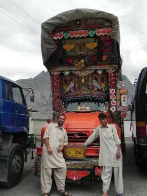 Guilherme usa roupas típicas em um caminhão enfeitado no Paquistão (Foto: Bianca Soprana)