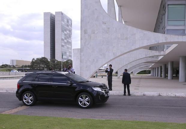 A presidente Dilma Rousseff chega de carro ao Palácio do Planalto em Brasília, durante sessão de votação do impeachment no Senado (Foto: Valter Campanato/Agência Brasil)