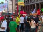 Com bandeiras e panfletos, grupo faz ato pró-Dilma e Lula em Porto Alegre