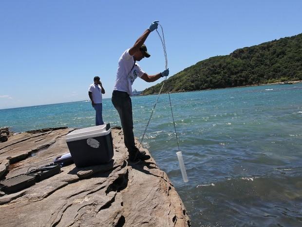 Técnicos do Inea coletaram amostras da água para análise (Foto: Ronald Pantoja / Prefeitura de Búzios)