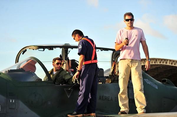 Henri Castelli recebe instruções em um caça durante as gravações (Foto: TV Gçobo / João Miguel Júnior)