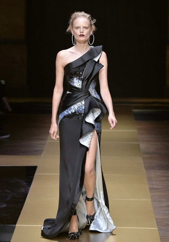 Hanne Gaby Odiele para Versace (Foto: Getty Images)