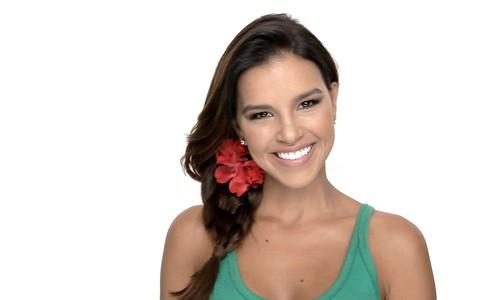 Mari Rios ensina a fazer uma trança lateral dupla e enfeita com flor de tecido