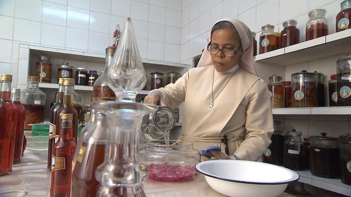Programa acompanha produção de licores, geleias e biscoitos em convento (Foto: TV Bahia)