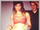 Isabelli Fontana posa de lingerie e faz biquinho durante ensaio
