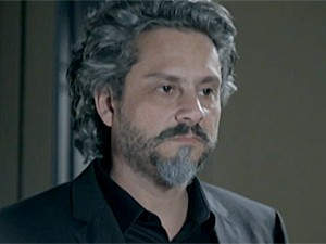 Zé Alfredo não gosta do que ouve (Foto: TV Globo)