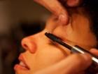 Veja o passo a passo e aprenda a usar o gloss para maquiar os olhos