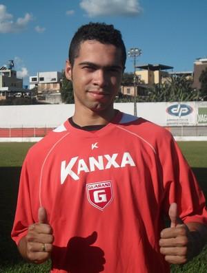 Valter Junior, torcedor do Guarani-MG recebe camisa (Foto: Thiago Carvalho)