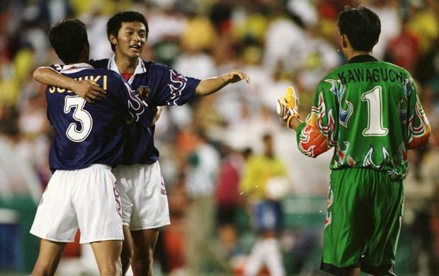 Hideto Suzuki, Naoki Matsuda e Yoshkatsu Kawaguchi comemoram, Brasil x Japão, 1996, Olimpíadas de Atlanta (Foto: Getty Images)