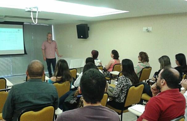 Victor Navarro durante palestra em Montes Claros.  (Foto: Arquivo Pessoal/ Deisiane Mendes)
