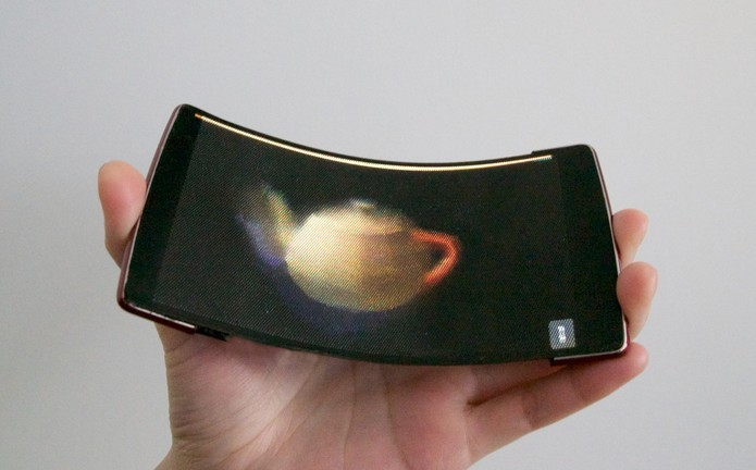 Celular vem com tela flexível que reproduz imagens em hologramas 3D (Foto: Divulgação/QueensUniversity)