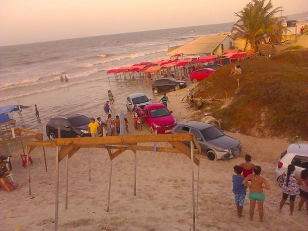 Carros atolados e a fileira de veículos tentando sair da praia do Araçagi (Foto: Divulgação/Francisca Viana)