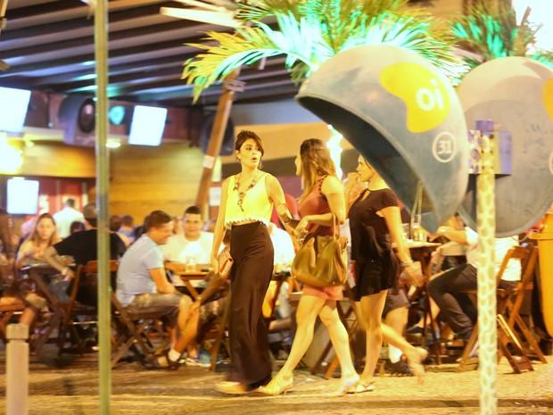 Juliana Paes com amigas em bar na Zona Oeste do Rio (Foto: Gabriel Rangel/ Ag. News)