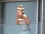 Dylan Penn, filha de Sean Penn, prende a mão no blindex de hotel