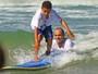 Victor Ribas vira professor e faz alegria das crianças em competição de surfe