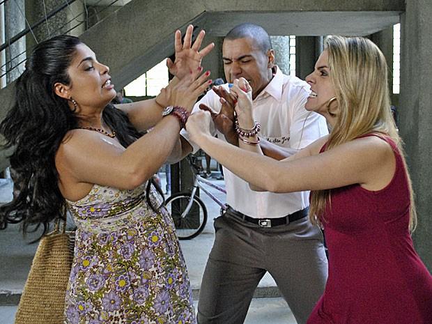 Gracinha e Neusinha brigam por causa de Jair (Foto: Amor Eterno Amor/TV Globo)