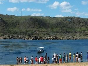 Buscas estão sendo realizadas no Rio São Francisco (Foto: Dênison Paiva)