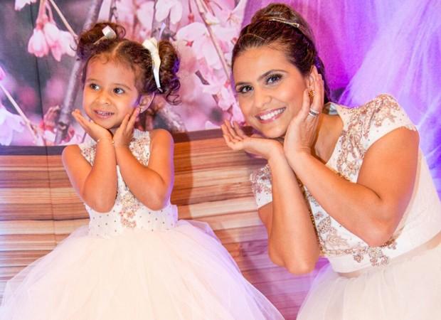Aline Barros se veste de bailarina para comemorar aniversário da filha