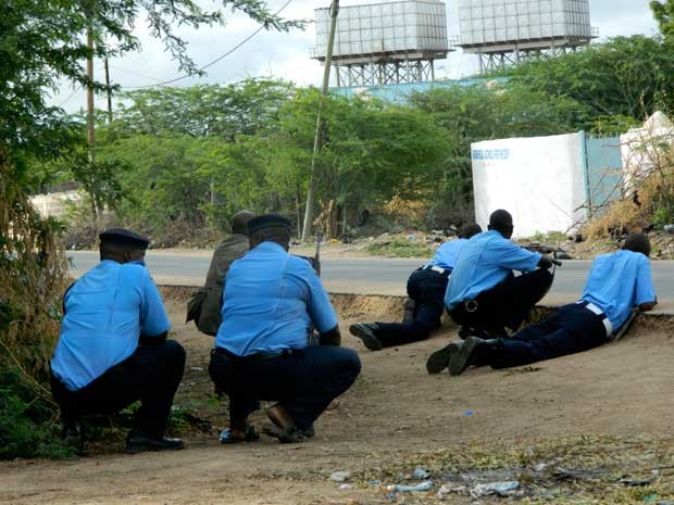 Policiais cercam universidade de Garissa. (Foto: AP Photo)