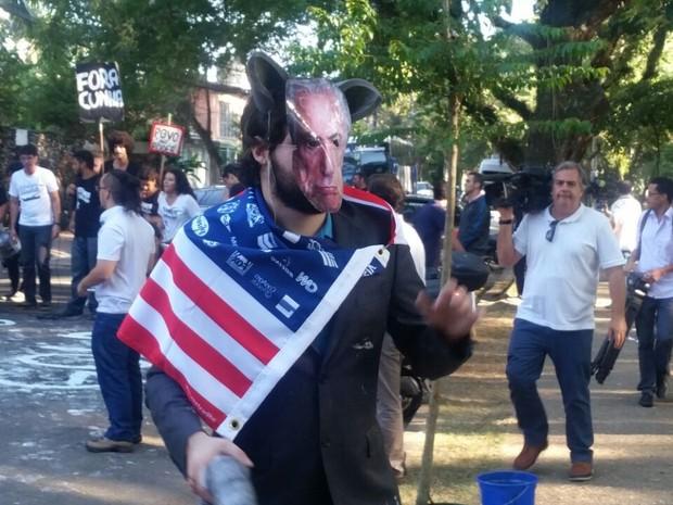 Manifestante usa máscara com foto de Michel Temer, vice-presidente (Foto: Tatiana Santiago/G1)