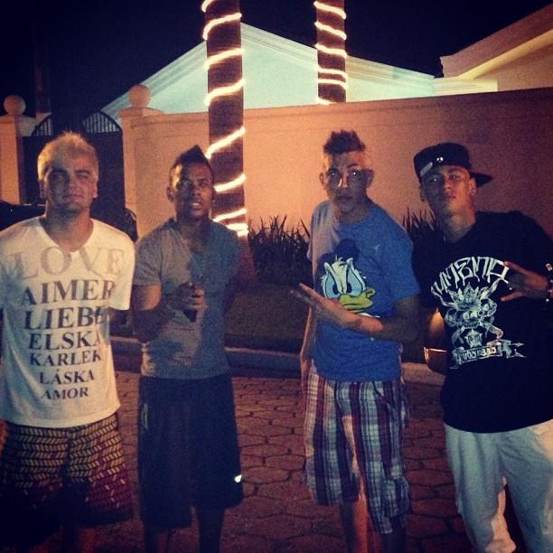 Robinho e Neymar com amigos (Foto: Instagram)