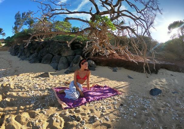 Isis Valverde curte praia (Foto: Reprodução)