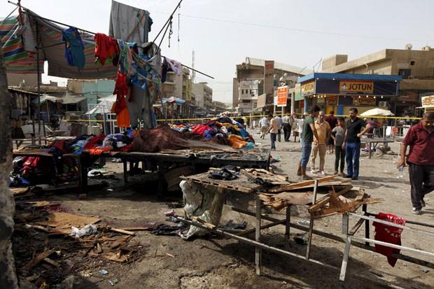 Pessoas são vistas em local de explosão em praça no centro de Bagdá, no Iraque, nesta quarta-feira (17) (Foto: Ahmed Saad/Reuters)