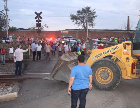 Prefeito de Mariana colocou seis tratores na linha de trem usada pela Vale para levar minério ao porto de Vitória, para exportação (Foto: Reprodução)
