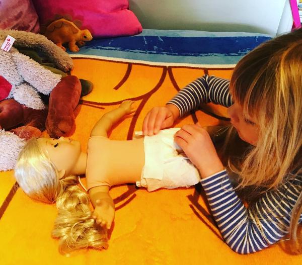 A filha da cantora Pink brinca com uma boneca (Foto: Instagram)