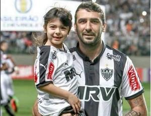 Lucas Pratto, do Atlético-MG, e a filha Pía (Foto: Reprodução/Instagram)